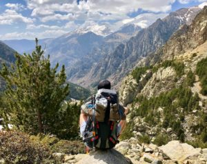 randonneur seul face montagne sac à dos et chaussures de rando