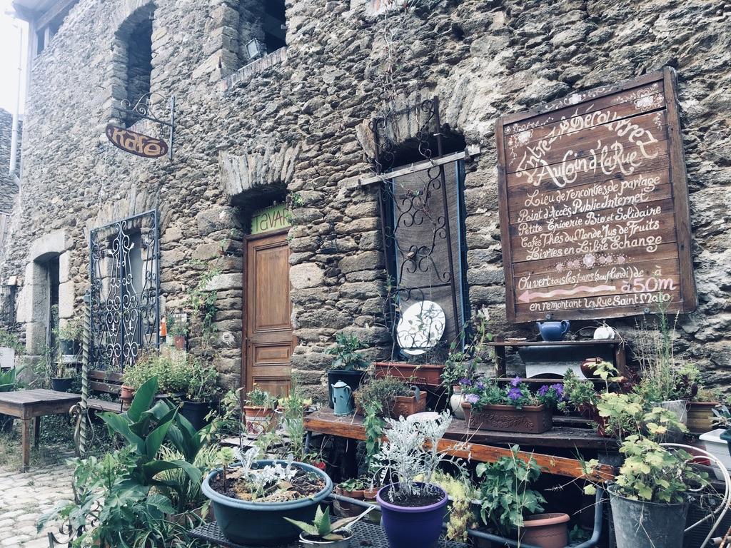 ancienne rue avec murs en pierre