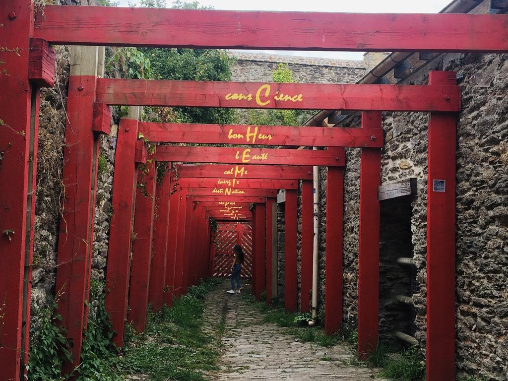 arches rouges dans petite ruelle
