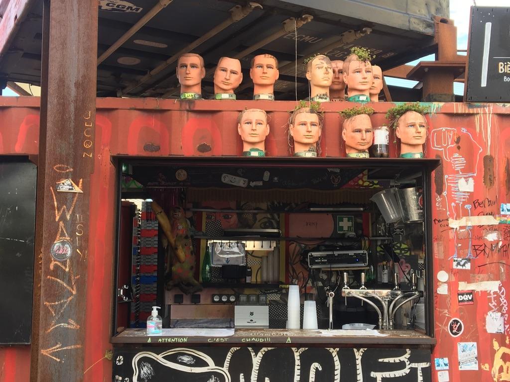 têtes à coiffer sur bar