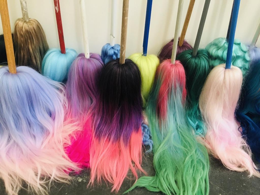 balais avec perruques colorées