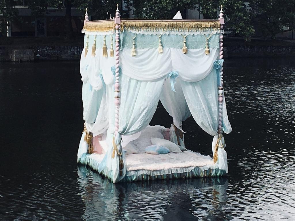 lit baldaquin sur canal