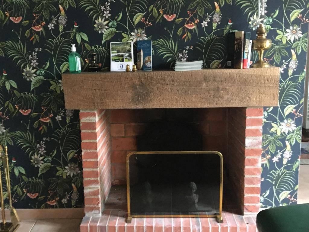 cheminée en brique et tapisserie tendance