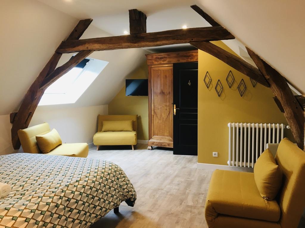 lit double et 3 chauffeuses jaune et poutre en bois