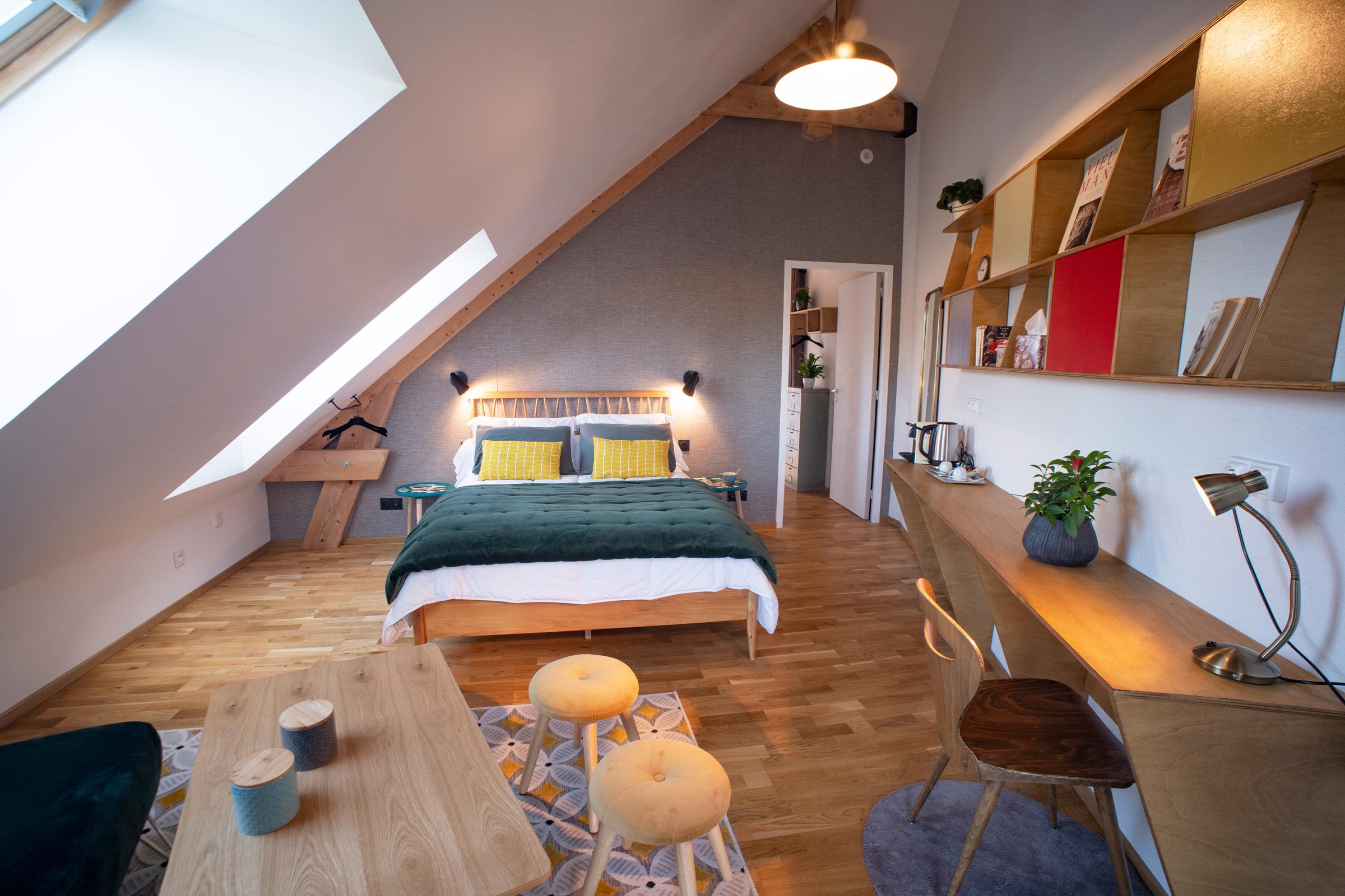 chambre bois et couleurs vives