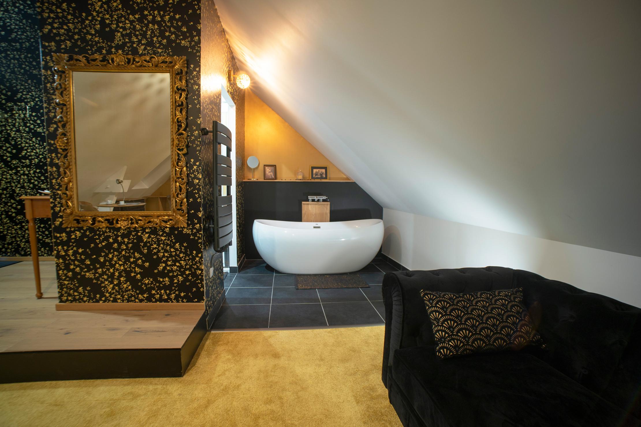 baignoire ilôt et déco or et noir