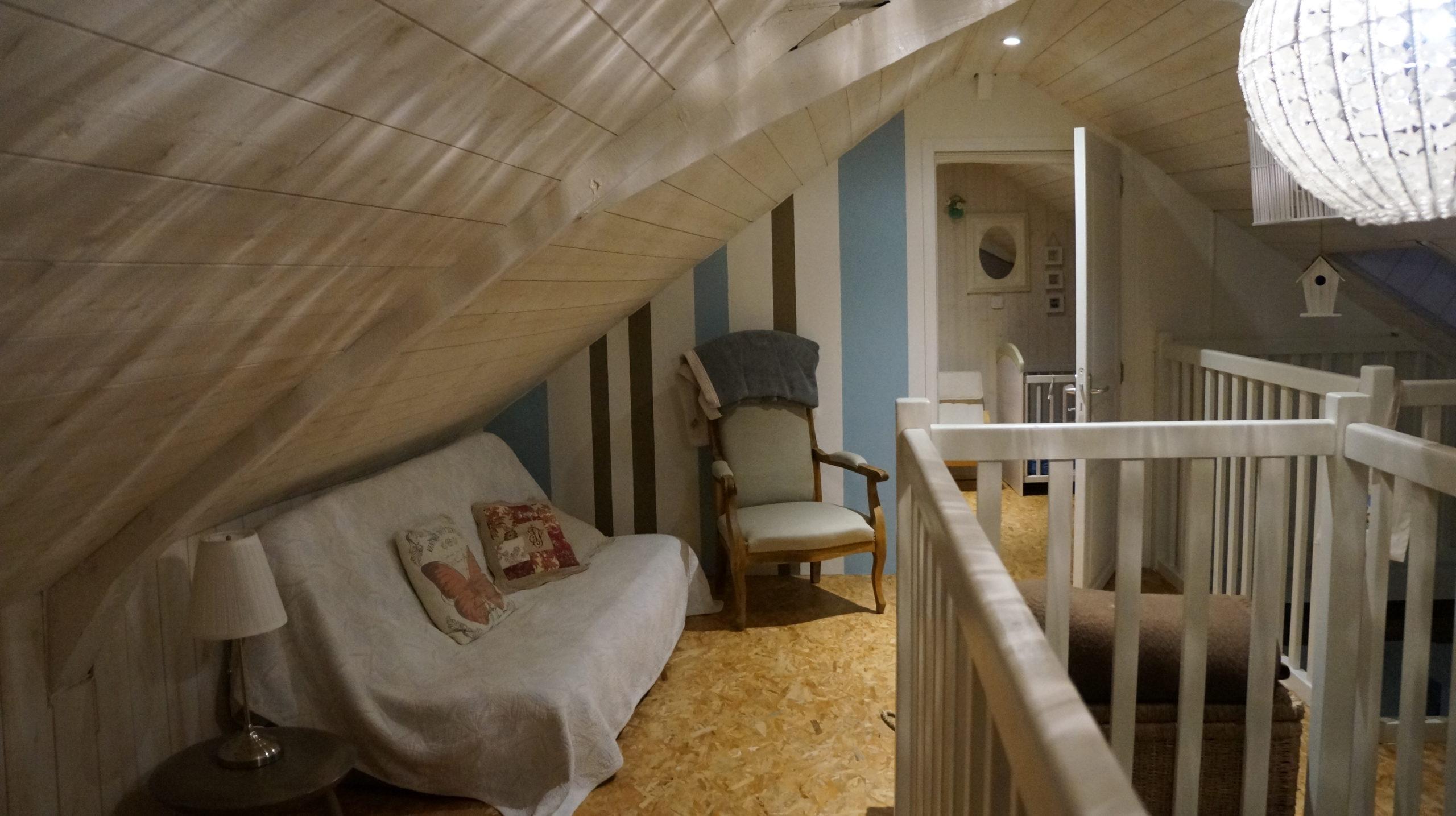 étage enfant avec canapé et fauteuil