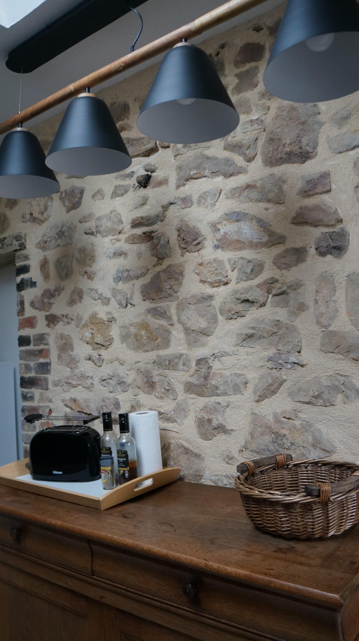 luminaire et mur en pierre cuisine