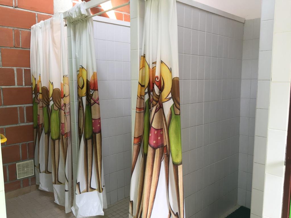 3 douches avec rideaux