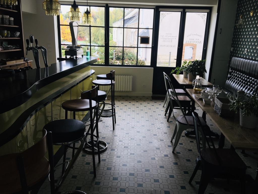 salle de bar avec table et tabourets