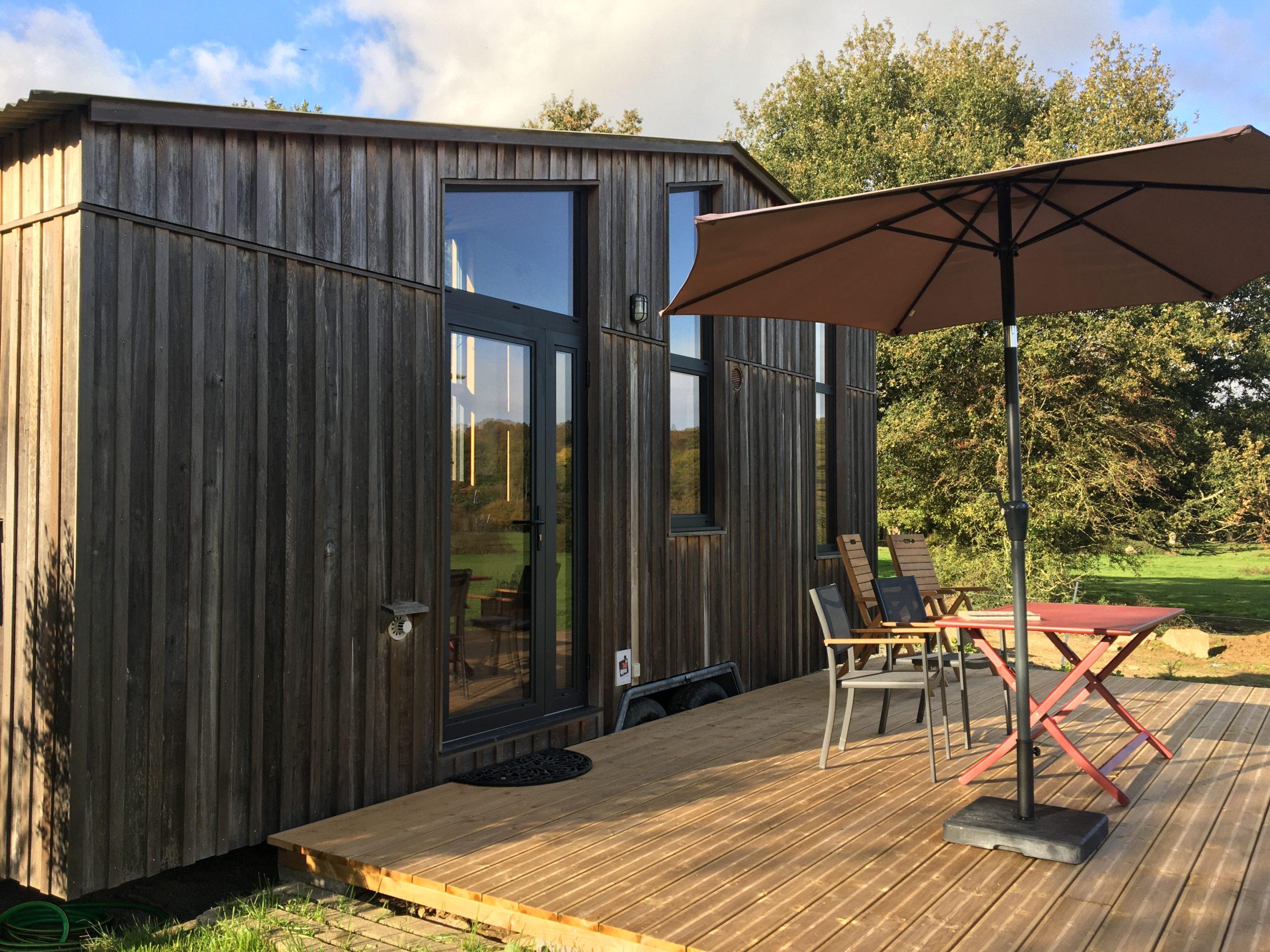 gros plan tiny house et terrasse en bois