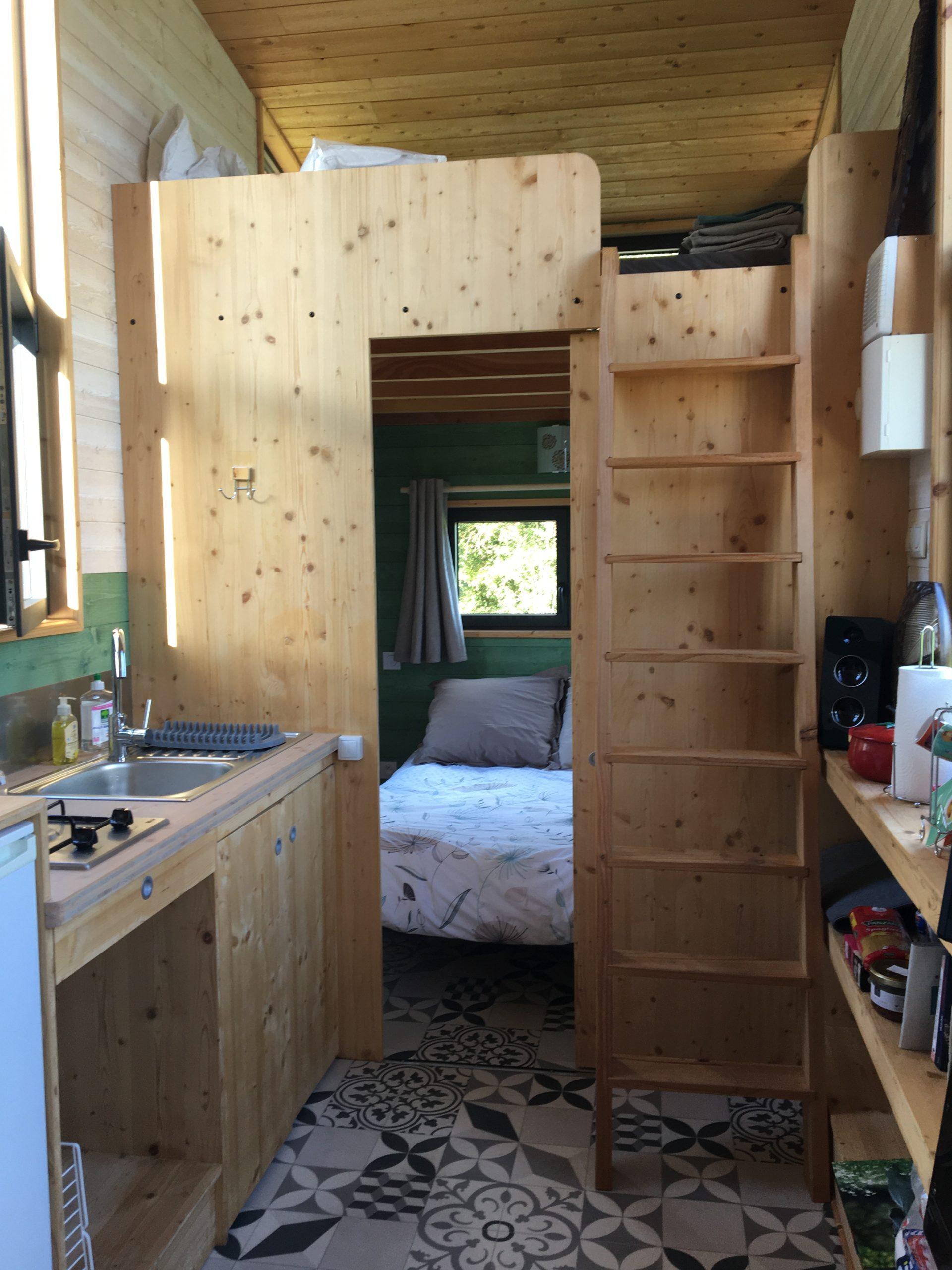intérieur tiny house chambre et cuisine