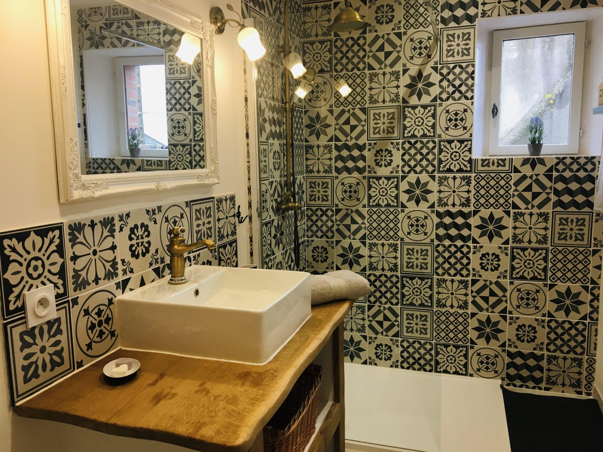 salle de bain déco or et brique ciment