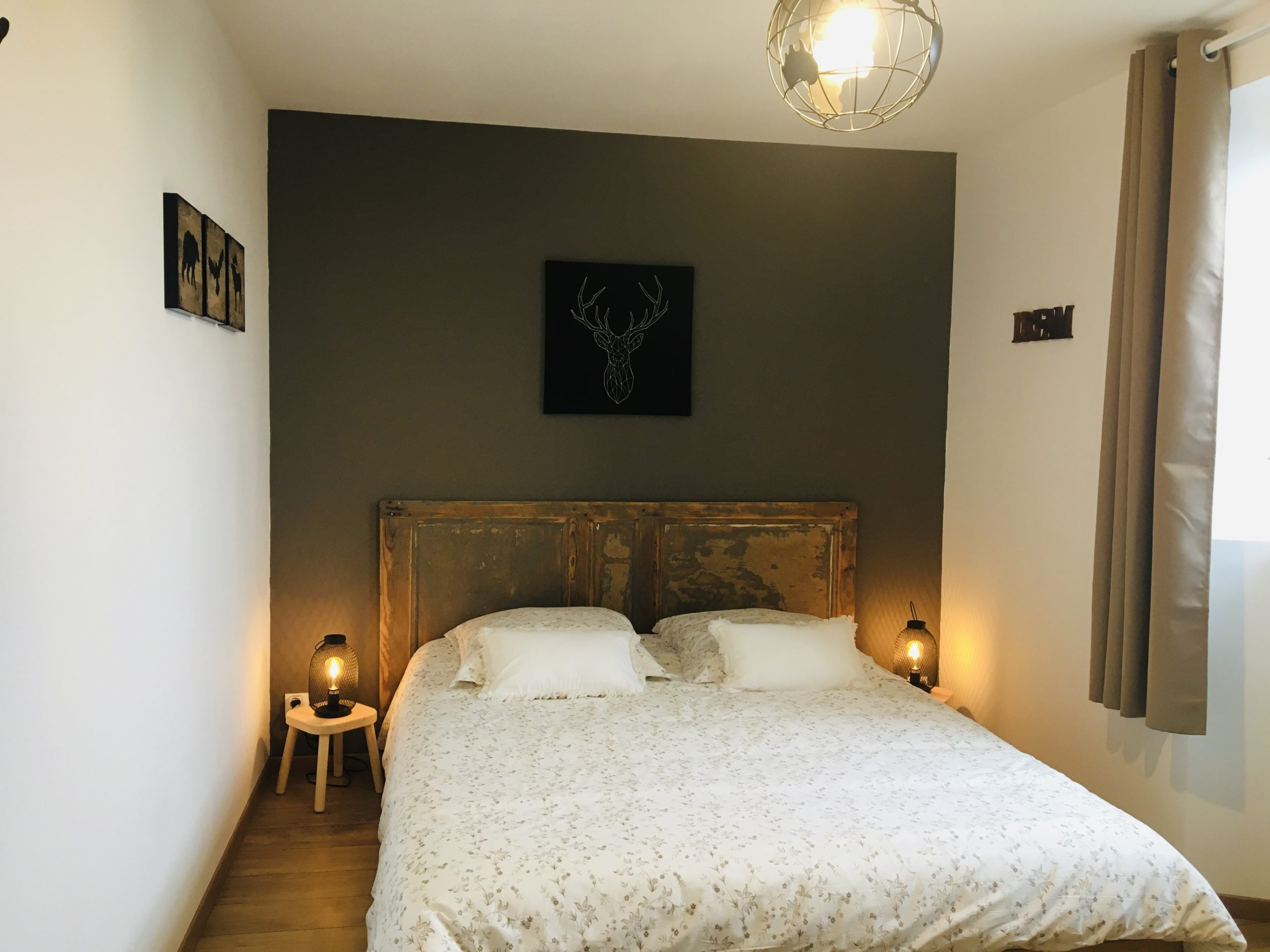 chambre avec ancienne porte en tête de lit