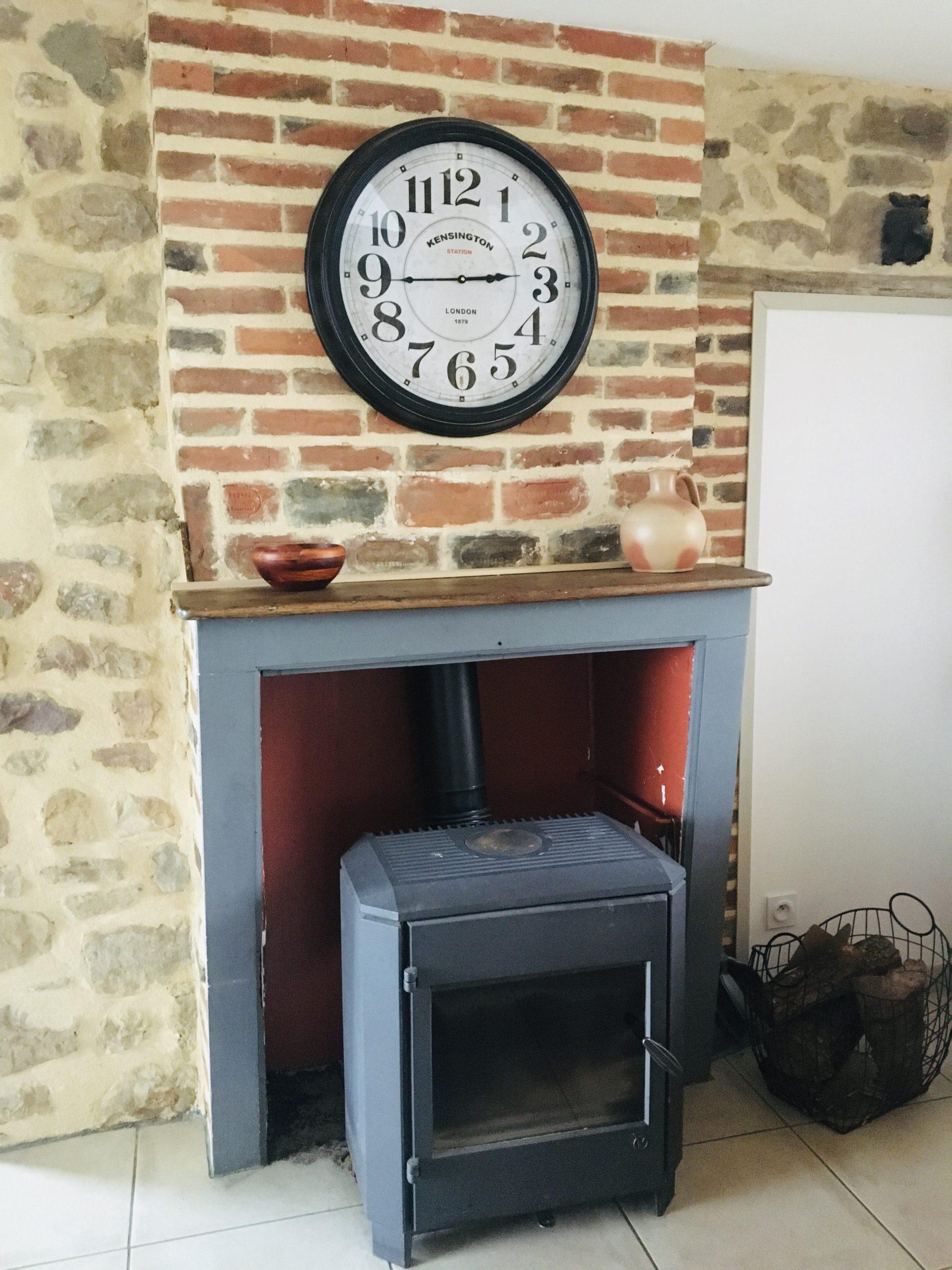 poele et mur en brique et horloge