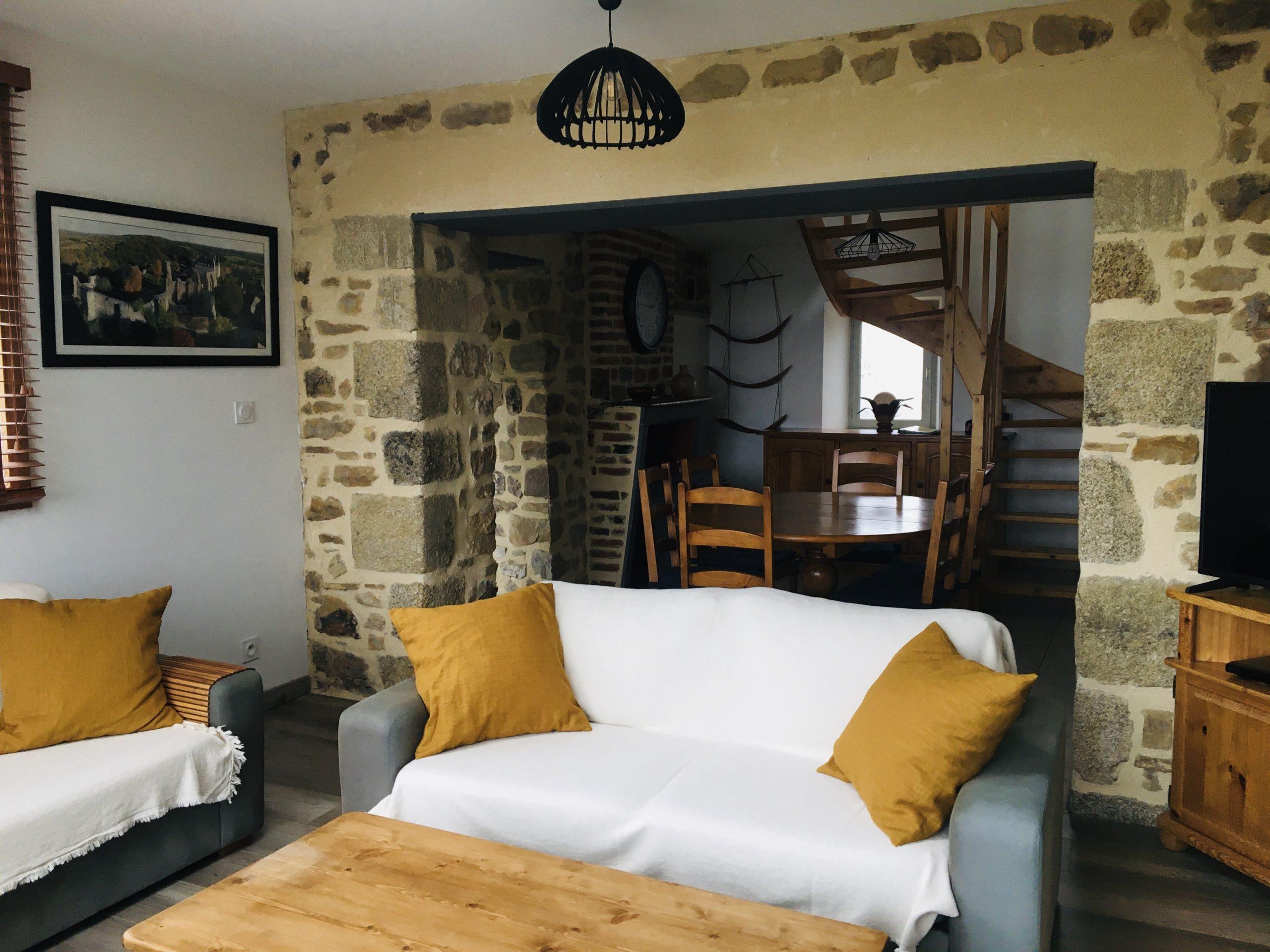 canapé et mur en pierre
