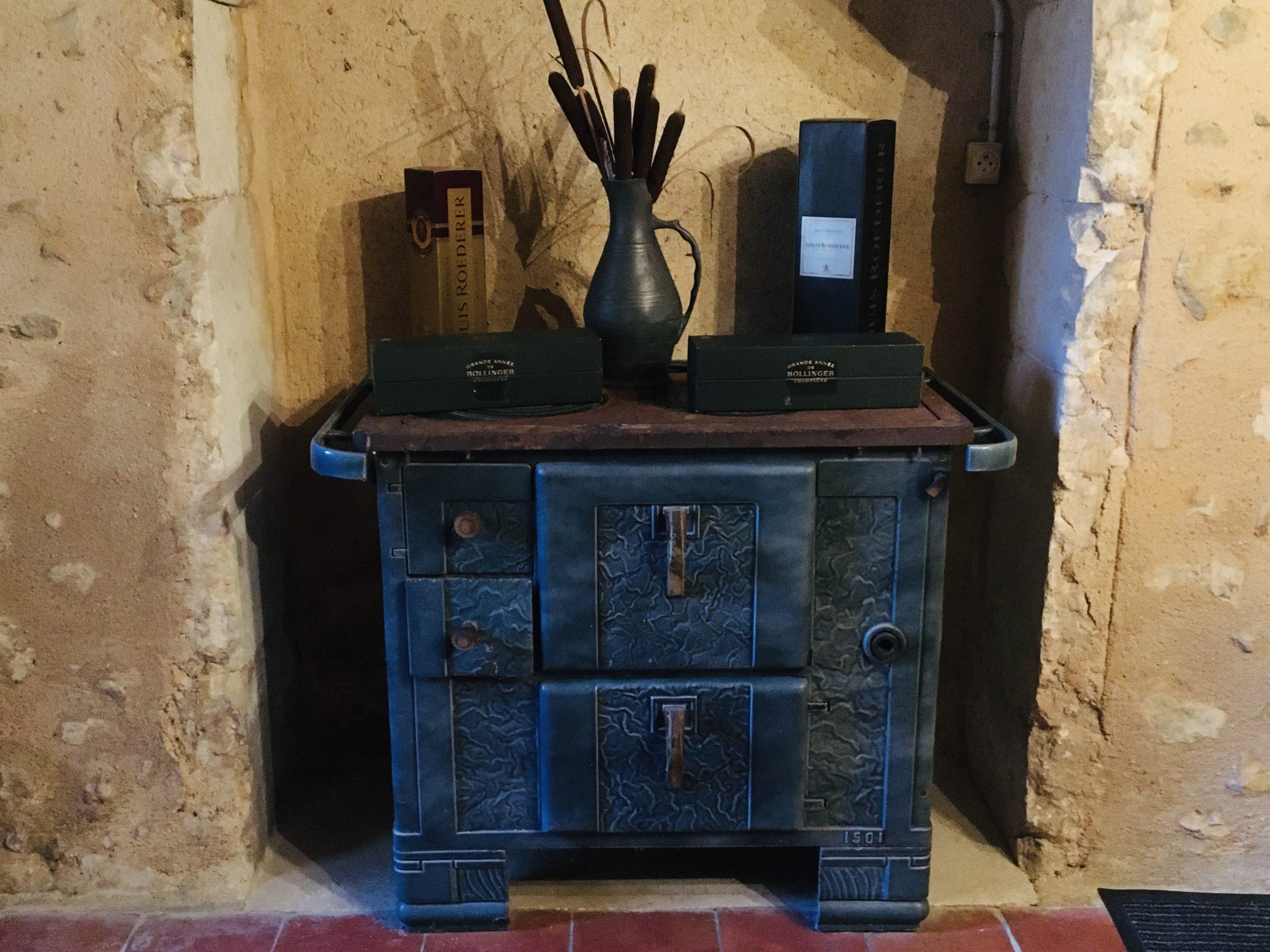 vieille cuisinière à bois avec éléments déco