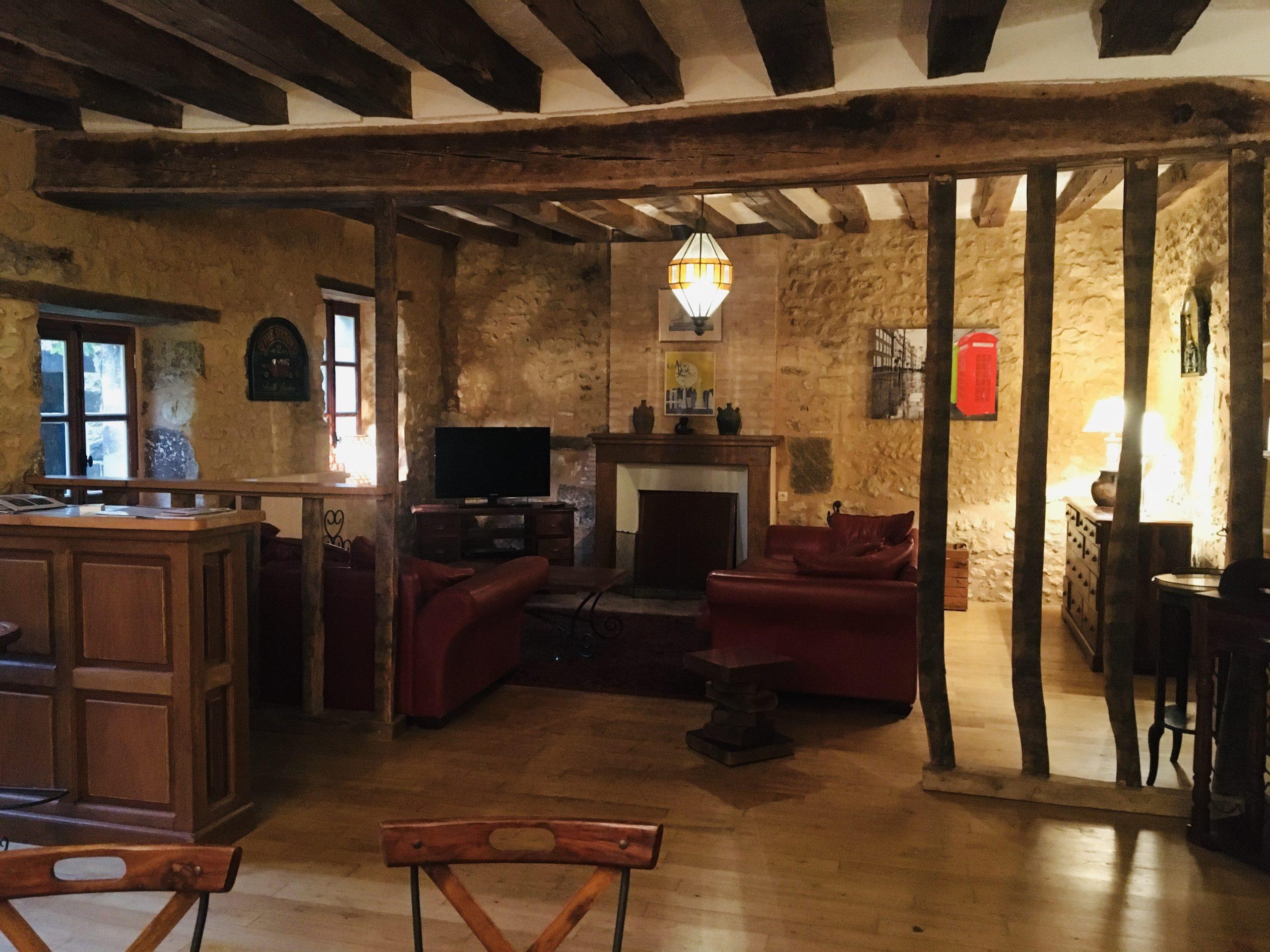grand salon avec cheminée et 2 canapés rouges