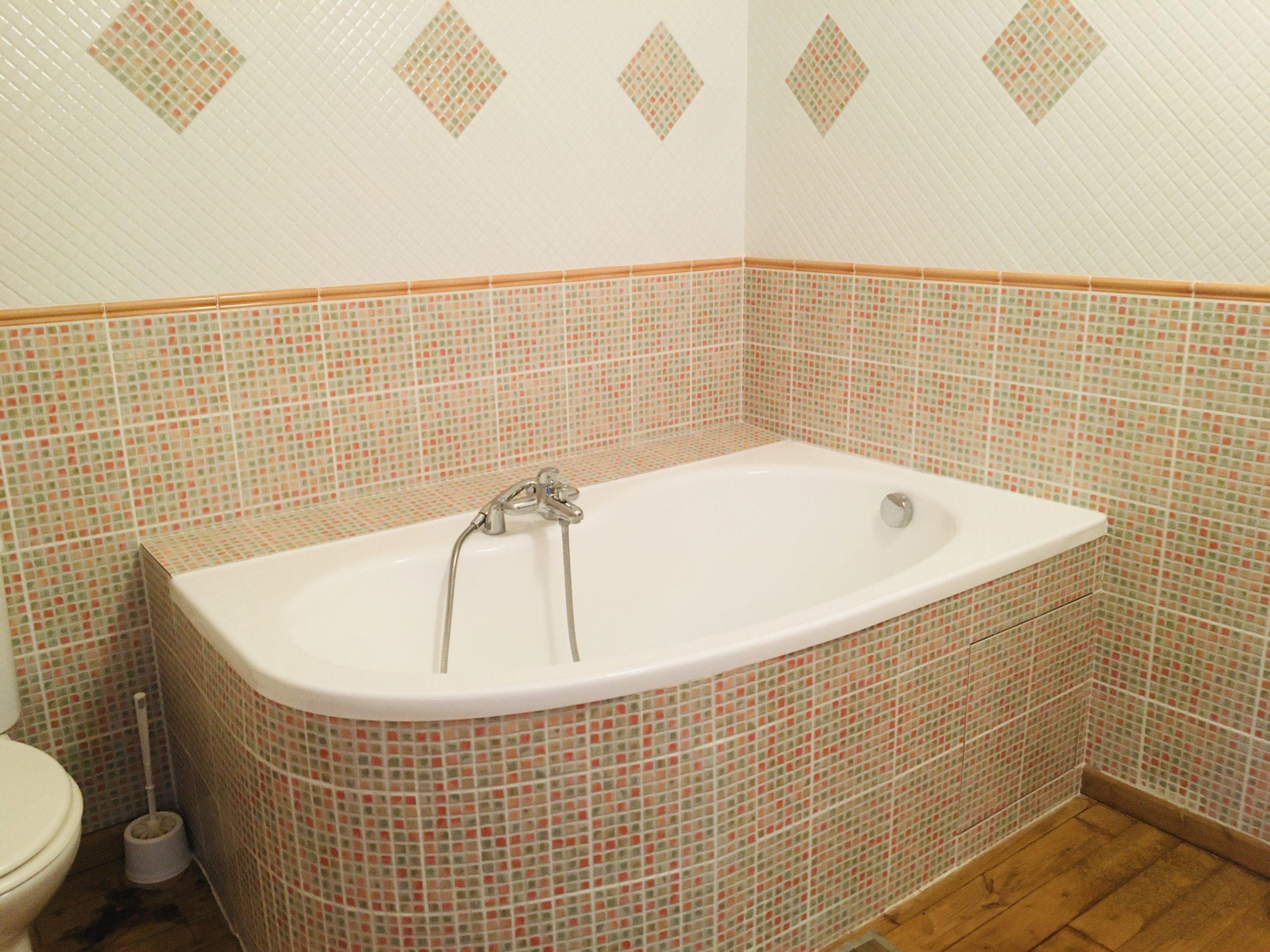 baignoire dans salle de bain à la faience orange
