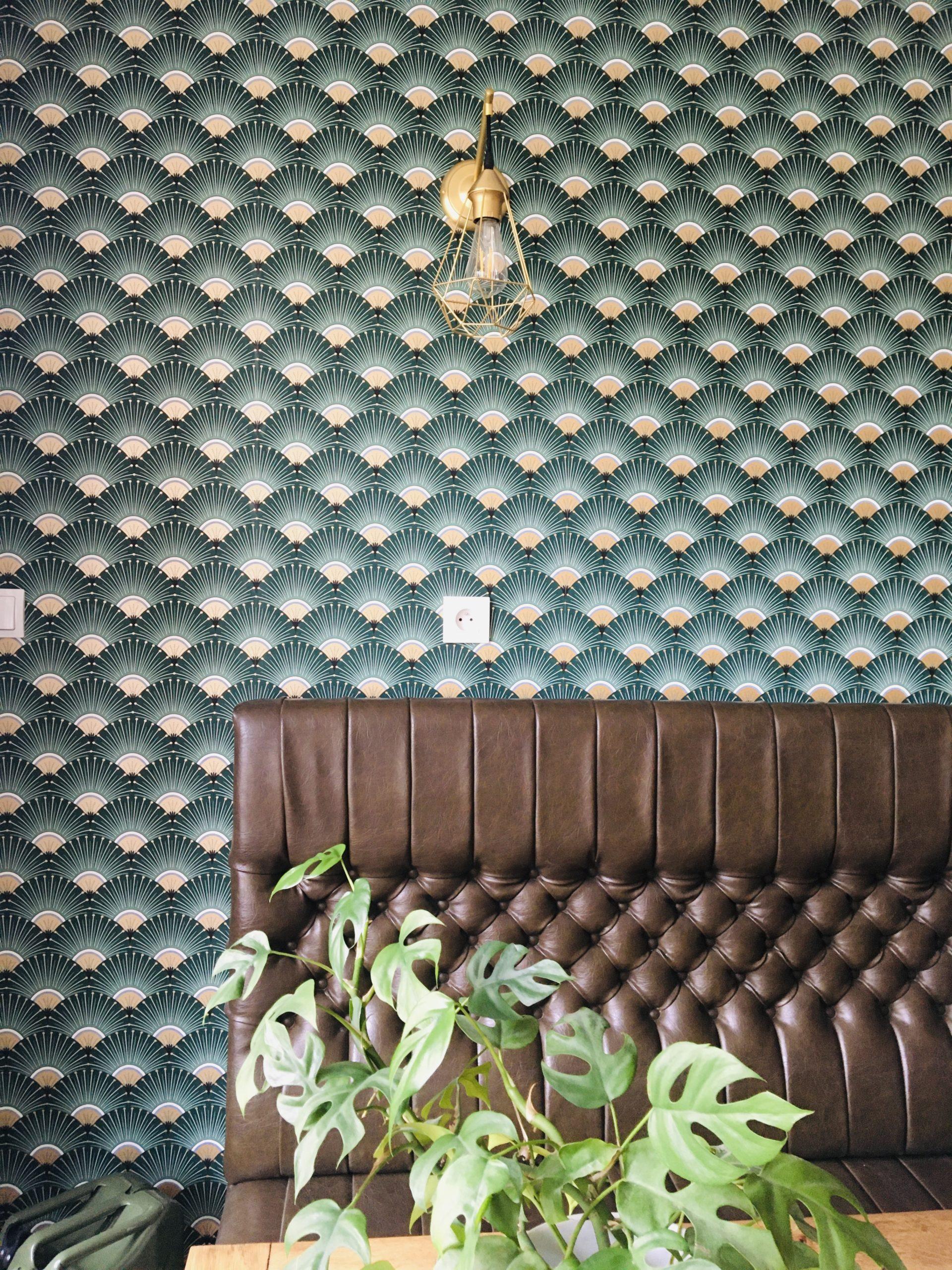 banquette en cuir marron et tapisserie pattern tendance et plante verte