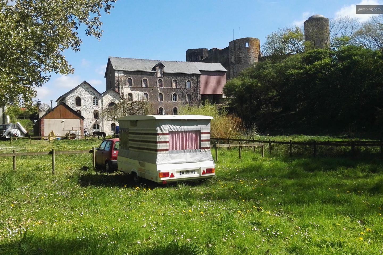 moulin de pouancé avec chateau en arrière plan et caravane en premier plan