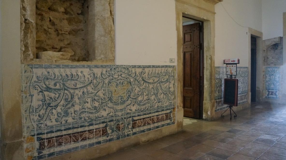 mur azulejos intérieur université