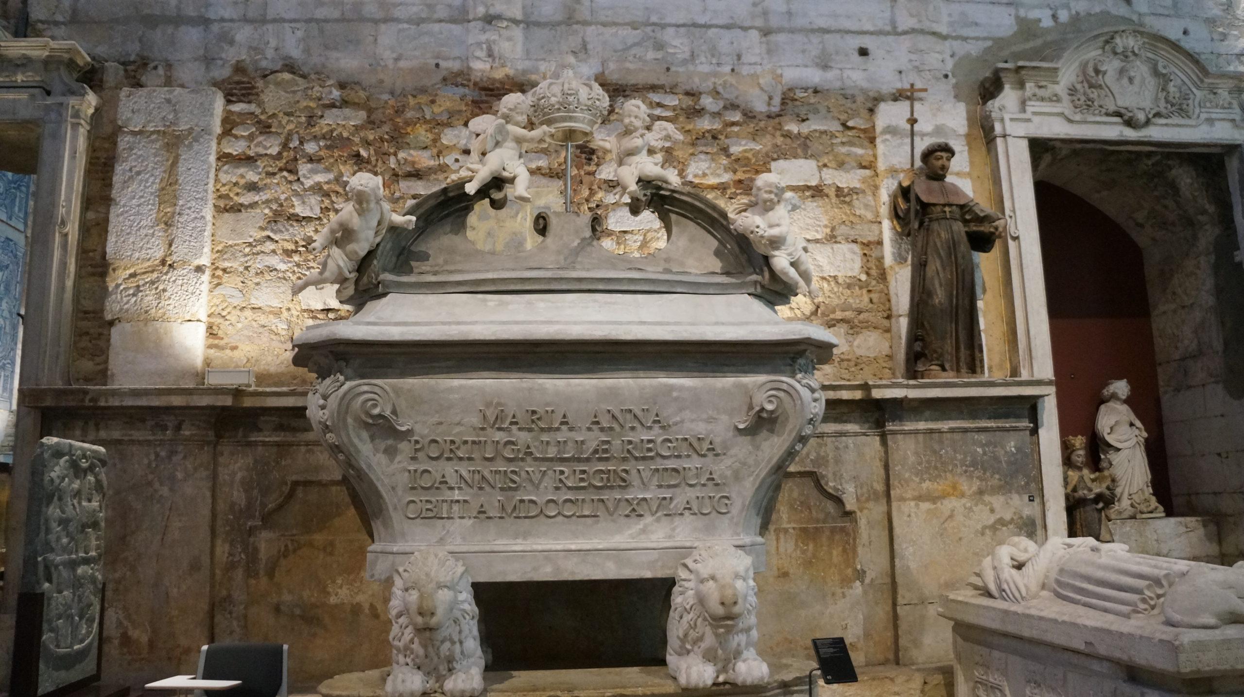 tombe intérieur musée couvent des carmes