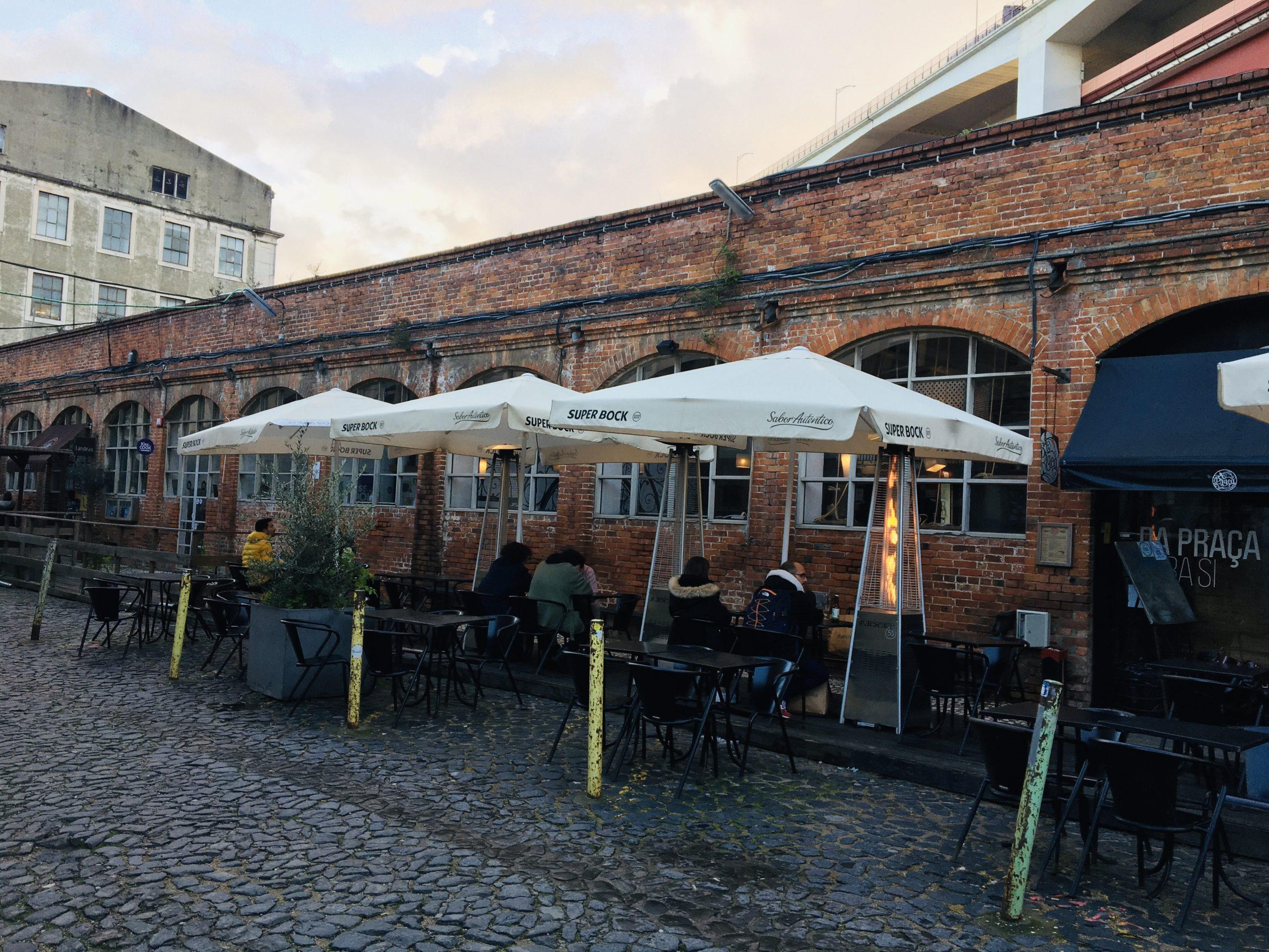 bar avec parasal et mur en brique