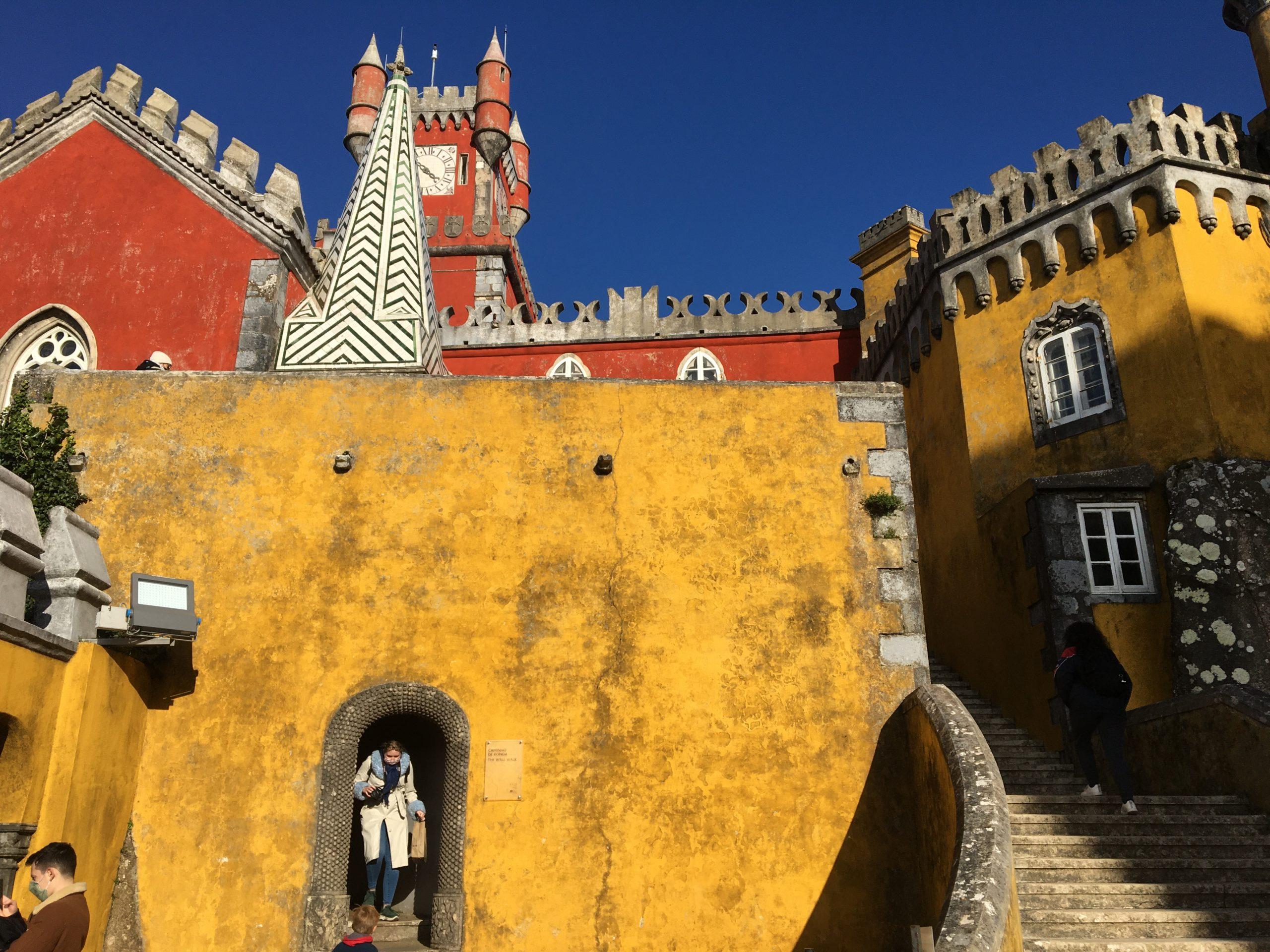 façade rouge et jaune palais pena