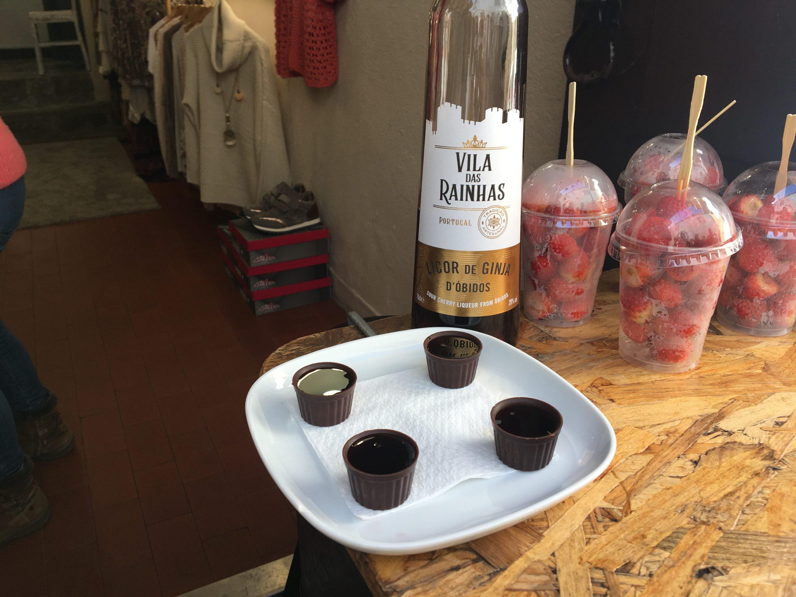 liqueur cerise dans gobelet en chocolat