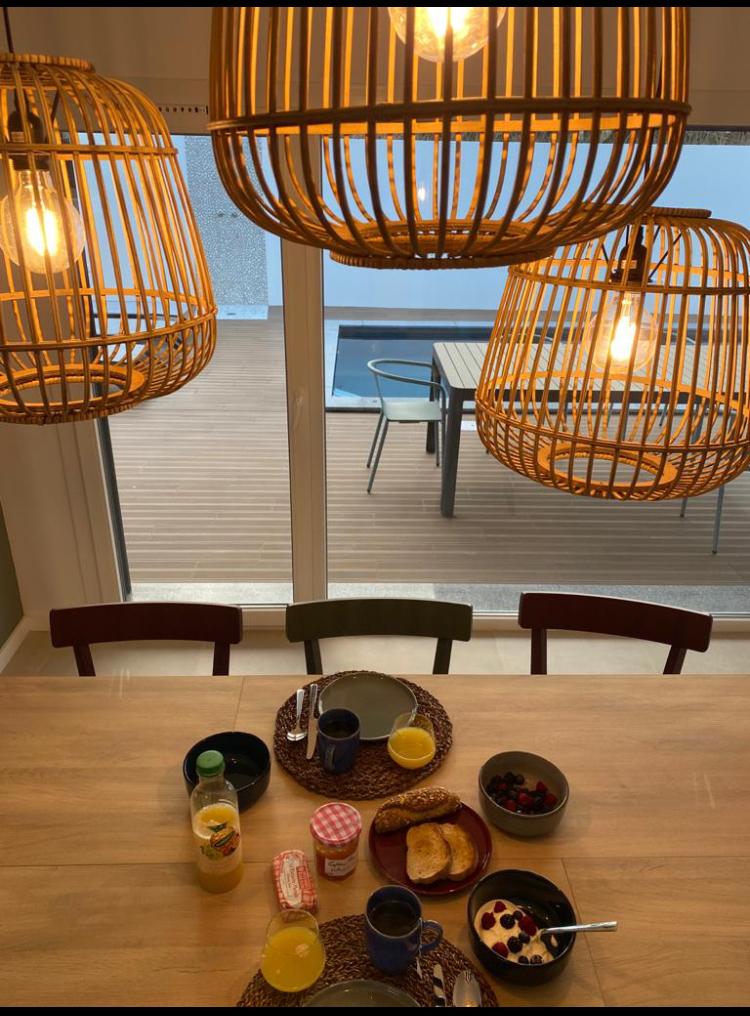 table petit déjeuner et luminaires
